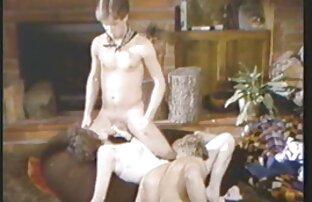 Frau masturbiert auf dem reife frauen nackt videos Bett