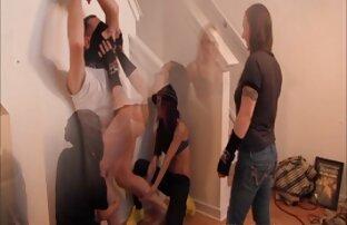 Ein Mann führt sanft die Hand in die Vagina deutsche sex videos mit reifen frauen einer jungen Frau ein,