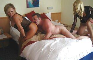 Zwei video sex mit reifer frau Männer und Frauen liegen auf dem Bett und füreinander