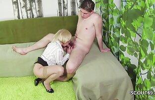 Ein Mann wacht seine geliebte Frau auf und sexvideo mit reifen frauen steckt den Penis in das Kondom in ihrer Vagina